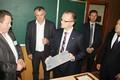 Hejtman Martin Netolický předává symbolickou destičku k renovaci třídy řediteli školy v Koločavě