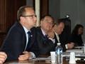 Hejtman Martin Netolický s náměstkem Línkem a krajským zastupitelem Bäuchelem v debatě o spolupráci škol na zasedání stálého výboru