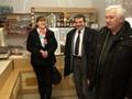 Olga Ondráčková z MAS Hlinecko radní Kroutil a předseda prac skupiny Petr Zaremba v prodejně Dřevíkov. Ilustrační foto.