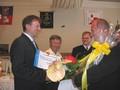 Hejtman Ivo Toman gratuloval starostovi Osíku a předal mu šek Pardubického kraje na částku 100 tisíc korun